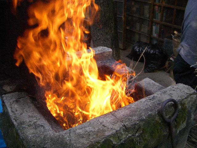 稲藁を燃やす